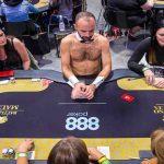 حضور مردان برهنه به عنوان کارت پخش کن در مسابقات پوکر زنان!